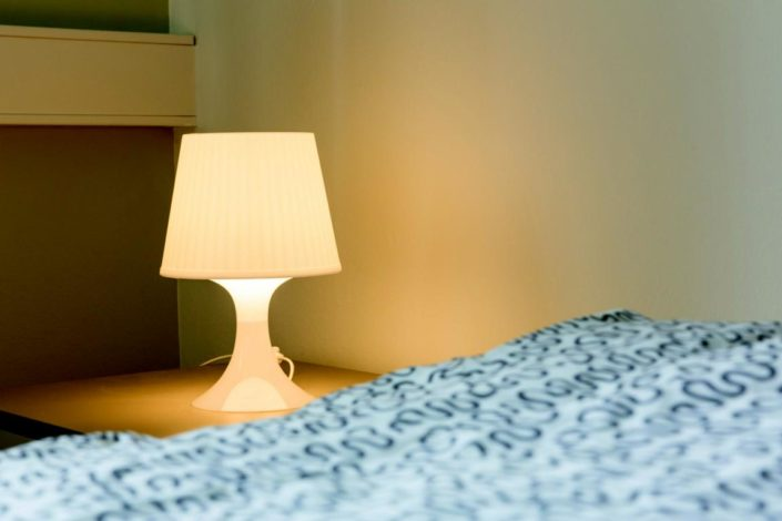 Gewerbepark Siegerland Boardinghouses Zweibettzimmer Nachttischleuchte